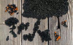 Caviar preto e vermelho no fundo de madeira Vista superior foto de stock royalty free
