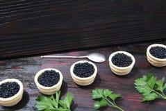Caviar preto e vermelho para convidados e amigos fotografia de stock