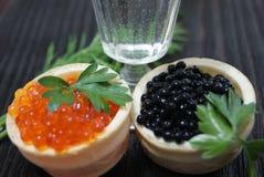 Caviar preto e vermelho para convidados e amigos fotos de stock