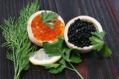 Caviar preto e vermelho para convidados e amigos Fotos de Stock Royalty Free