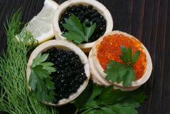 Caviar preto e vermelho para convidados e amigos Fotografia de Stock Royalty Free