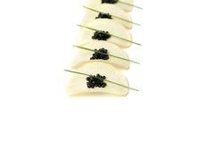 Caviar preto em microplaquetas de batata imagem de stock royalty free