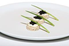 Caviar preto na placa Fotos de Stock