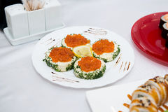 Caviar rojo con el pan aislado Imagenes de archivo
