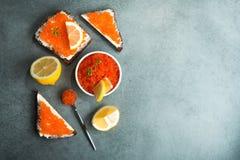 caviar rojo delicioso con el bocadillo fotografía de archivo