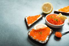caviar rojo delicioso con el bocadillo imagenes de archivo