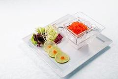 Caviar rojo en cierre del hielo para arriba con la cal Alimento de mar De madera Fotografía de archivo libre de regalías