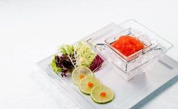 Caviar rojo en cierre del hielo para arriba con la cal Alimento de mar De madera Imagenes de archivo
