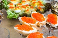 Caviar rojo en la tabla festiva fotografía de archivo