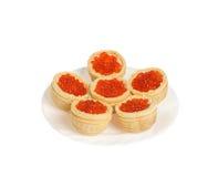 Caviar rojo en tartlets. Aislado Foto de archivo libre de regalías