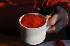 Caviar rojo en taza Foto de archivo