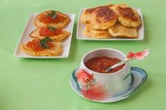 Caviar rojo y crepes de patata gruesas en Shrovetide en tabl verde Imagenes de archivo