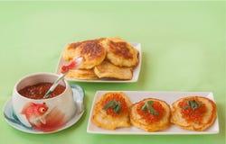 Caviar rojo y crepes de patata gruesas en Shrovetide en tabl verde Foto de archivo libre de regalías