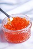 Caviar rouge dans la cuillère Photos stock