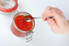 Caviar rouge dans le pot Photo stock