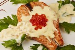 Caviar rouge et poissons grillés Photo stock