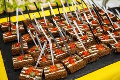 Caviar rouge sur le pain noir avec du beurre Nourriture saine Apéritif de poissons Fond foncé Images stock