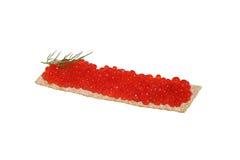 Caviar vermelho com aneto no pão estaladiço fotografia de stock