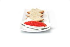 Caviar vermelho com cebola da mola e pão cortado fotografia de stock