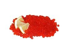 Caviar vermelho com limão foto de stock