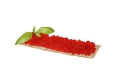 Caviar vermelho com manjericão no pão estaladiço imagem de stock royalty free