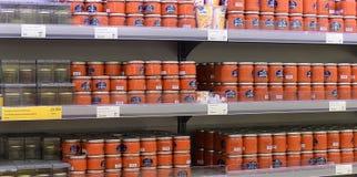 Caviar vermelho e preto em prateleiras de loja Imagens de Stock
