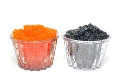 Caviar vermelho e preto em um coração em um backgro branco foto de stock