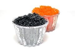 Caviar vermelho e preto em um coração em um backgro branco imagem de stock royalty free