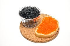 Caviar vermelho e preto em um coração em um backgro branco fotografia de stock royalty free