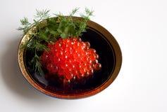 Caviar vermelho em uma obscuridade - saucer azul Foto de Stock