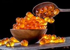 Caviar vermelho na bacia no fundo de madeira fotos de stock royalty free
