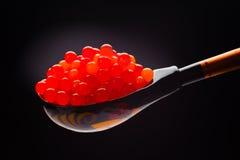 Caviar vermelho na colher étnica da madeira do russo fotografia de stock royalty free