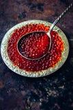 Caviar vermelho na placa de prata Imagens de Stock