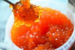 Caviar vermelho no frasco com foto de stock royalty free