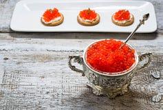 Caviar vermelho Salmon na bacia de prata Imagens de Stock