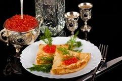 Caviar y vodka rojos en las mercancías de plata imagen de archivo libre de regalías