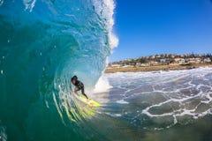 Cavidade vertical da onda do surfista   Imagem de Stock