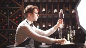 Cavist στο κατάστημα κρασιού, πιό sommelier στο εστιατόριο, κριτικός κρασιού Κρασί Degustation φιλμ μικρού μήκους