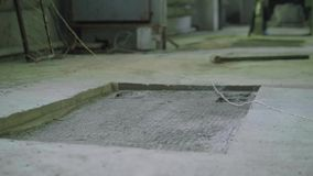 Cavità in pavimento di calcestruzzo dell'officina moderna stock footage