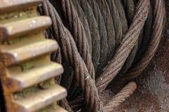 Cavo arrugginito del ferro su una bobina industriale gigante fotografia stock