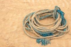 Cavo blu coperto in sabbia immagine stock libera da diritti