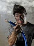 Cavo della tenuta del giovane che fuma dopo l'incidente elettrico con il fronte bruciato sporco nell'espressione triste divertent Fotografie Stock
