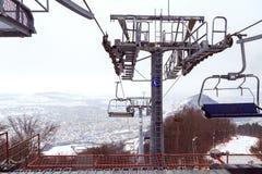 Cavo dello sci in Piatra Neamt, Romania, vista superiore della città Piatra Neamt il giorno di inverno immagine stock