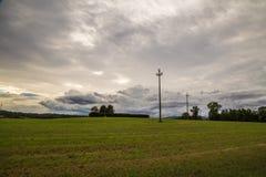 Cavo di energia nei campi dell'Italia Fotografia Stock