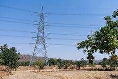 Cavo di griglia di potere sull'azienda agricola della risaia alla vista rurale Snap-on di fine della foresta un il giorno soleggi Fotografie Stock