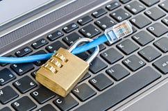 Cavo di Internet che attacca tramite il lucchetto sulla tastiera di computer che simbolizza protezione dei dati o crittografia fotografie stock libere da diritti