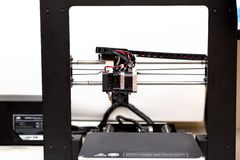 Cavo di plastica di stampa con la stampante 3D su fondo bianco Fotografie Stock Libere da Diritti
