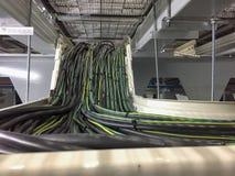 Cavo elettrico o collegamenti della rete di lan con il supporto sotto il pavimento alzato immagini stock libere da diritti