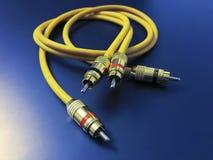 Cavo giallo di audio estensione stereo isolato su fondo blu fotografia stock libera da diritti