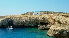 Cavo Greco, Chipre Una iglesia azul y blanca ortodoxa tradicional almacen de video
